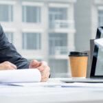 Berater und Consultants bei der ungestörten Arbeit wegen Telefonservice